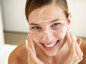 Применение крема на лице