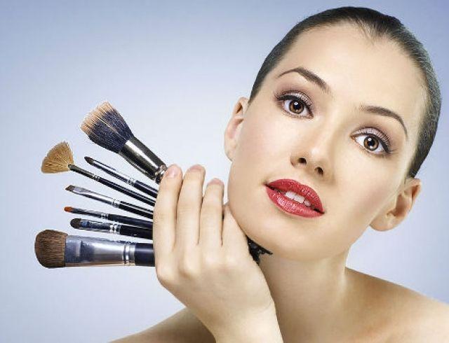 Девушка с кисточками для макияжа