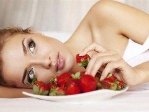 Женщина с тарелкой клубники