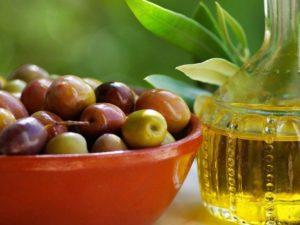 Масло жожоба и плоды в тарелке