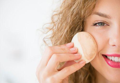Нанесение крема на лицо спонжем