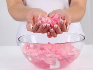 Горсть лепестков роз в руке