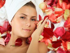 Девушка с лепестками роз