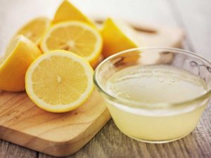 Разрезанный лимон и сок
