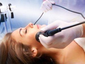 Женщина на процедуре ультрафонофореза