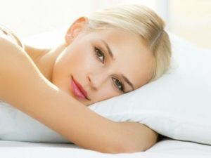 Девушка лежит на подушке