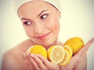 Лимоны в руках у девушки