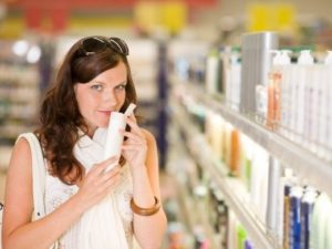 Женщина выбирает тоник в магазине