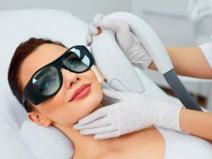 На пациентке темные очки при фотоомоложении