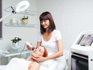 Косметолог проводит процедуру лифтинга